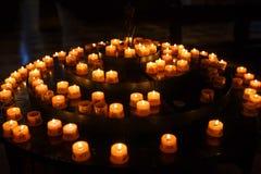 祷告的蜡烛在教会里 免版税图库摄影
