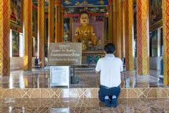祷告的年轻人在菩萨,柬埔寨前面 库存图片