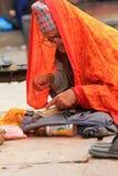 祷告背诵一部圣经在Kumbeshwar寺庙,尼泊尔 库存图片
