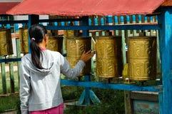 祷告鼓在一个修道院里在蒙古 免版税库存照片