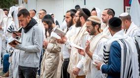 祷告 犹太新年,犹太新年 它在犹太教教士附近庆祝Nachman坟墓  香客Hasidim 库存图片