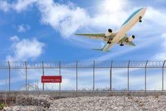 禁区篱芭和乘客飞机着陆美丽的b 库存图片