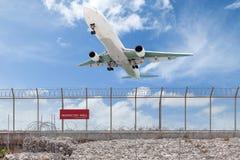 禁区篱芭和乘客飞机着陆美丽的b 免版税库存照片