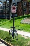 禁止停车标志和自行车 库存照片