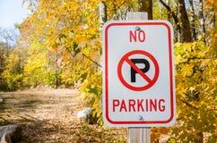 禁止停车标志在一晴朗的秋天天 库存图片