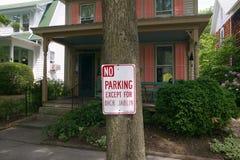 禁止停车标志有迪克的Jablin一个例外在房子圣Michaels,东部岸马里兰前面 免版税图库摄影