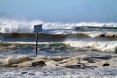 禁止停车标志,水下,在海滩 免版税图库摄影