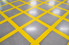 禁止停车黄色十字架区域,在优美的fl交叉往来绘 免版税库存图片