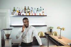 禁止嫩谈话在手机在酒吧柜台 免版税库存图片