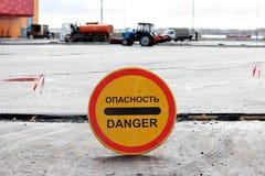 禁止段落对停车场,被修理的警报信号 题字用俄语说:危险 图库摄影