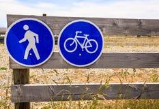 禁止的交通标志 没有汽车词条标志 没有机动车 允许只有自行车和步行者木篱芭的 免版税图库摄影