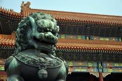 禁止的古铜色城市守卫狮子 免版税库存图片