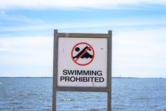 禁止的符号游泳 免版税库存照片