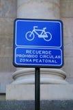 禁止的自行车信号  免版税库存照片