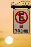禁止的路标停车处,西班牙语 免版税库存图片