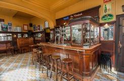 禁止逆和在空的咖啡馆里面的葡萄酒木家具在老牌 免版税库存图片