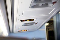 禁烟和紧固在飞机里面的安全带标志 免版税库存图片