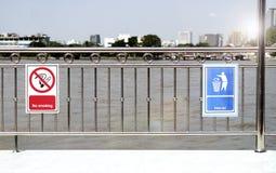 禁烟标志和保留干净的标志 图库摄影