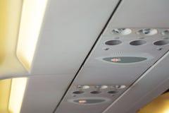 禁烟标志和安全带在飞机签字 免版税库存照片