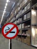 禁烟标志有商店仓库被弄脏的背景  免版税库存图片