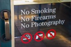 禁烟,没有火器,在门入口的没有摄影标志 免版税库存照片