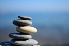 禅宗与大海和天空的温泉石头 与拷贝空间的平衡的石头背景 温泉标志 免版税图库摄影