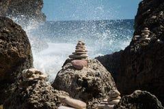 禅宗与水背景的平衡的岩石飞溅 库存照片