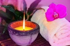 禅宗兰花芳香蜡烛和毛巾温泉概念 免版税库存照片
