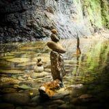 禅宗凝思实践的平衡的岩石塔 库存图片