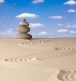 禅宗凝思庭院向平衡扔石头 库存图片
