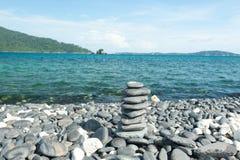 禅宗凝思背景,平衡的石头堆关闭在海 图库摄影