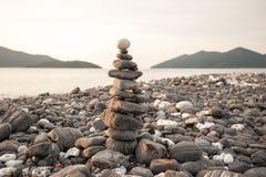 禅宗凝思背景,平衡的石头堆关闭在海 免版税库存图片