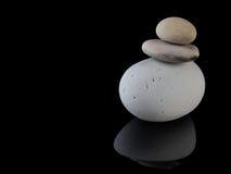 禅宗向在堆留心的岩石温泉扔石头 免版税库存图片