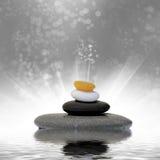 禅宗在水反映的按摩石头 免版税库存图片