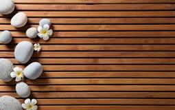 禅宗小卵石和温泉花在hammam木板设置了 免版税库存图片
