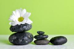 禅宗小卵石和白花在桌上 库存照片