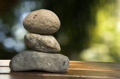 禅宗岩石三精神堆木地板石头概念 免版税库存图片