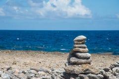 禅宗岩石有海洋背景 免版税库存图片