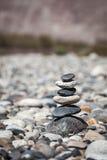 禅宗平衡的石头堆积平衡和平沈默概念 免版税库存照片