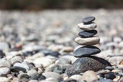禅宗平衡的石头堆 免版税库存照片