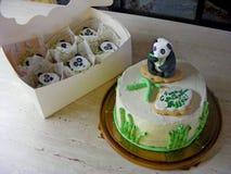 禅宗庭院,熊猫方旦糖蛋糕 滑稽的竹子,蛋糕creem乳酪用在箱子的杯形蛋糕 免版税库存照片