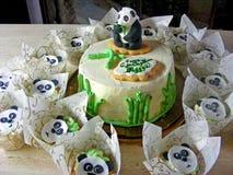 禅宗庭院,熊猫方旦糖蛋糕 滑稽的竹子,蛋糕creem乳酪用杯形蛋糕 免版税库存图片