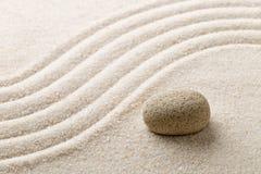 禅宗沙子和石头从事园艺与倾斜的弯曲的线 朴素, c 免版税库存图片