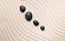 禅宗沙子和石头从事园艺与倾斜的弯曲的线 朴素, c 免版税库存照片