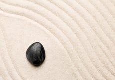 禅宗沙子和石头从事园艺与倾斜的弯曲的线 朴素, c 库存图片