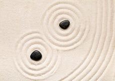 禅宗沙子和石头从事园艺与倾斜的线、曲线和圈子 库存照片
