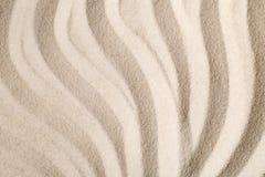 禅宗沙子和石头从事园艺与倾斜的线、曲线和圈子 图库摄影