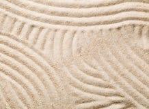 禅宗沙子和石头从事园艺与倾斜的线、曲线和圈子 库存图片