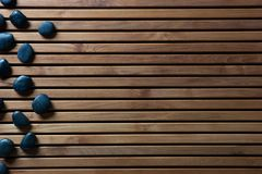 禅宗温泉或阵雨的,拷贝空间黑按摩小卵石 免版税库存图片
