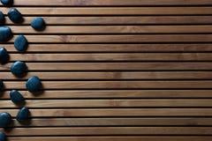 禅宗温泉或阵雨的,拷贝空间黑按摩小卵石 图库摄影